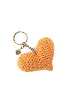 llavero ganchillo - crochet keyring - corazón personalizado - personalized heart de Inayass en Etsy