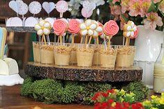 Ao pé de uma Jabuticabeira, em uma linda tarde de sol aconteceu o Jardim da Alice! Alegre, colorido e cheio de flores!