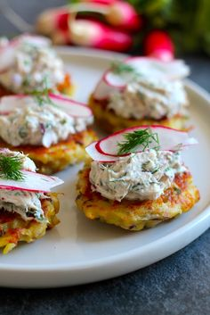 Potato Pancakes with Warm Smoked Salmon Rilette Fingerfood Recipes, Tapas Recipes, Appetizer Recipes, Great Recipes, Cooking Recipes, Food N, Food And Drink, Danish Food, Snacks Für Party