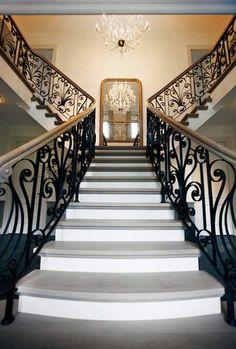 Turks #marmer voor de natuurstenen vloeren in een #nieuwbouw #landhuis in modern-klassieke stijl Flanders Belgium, Classic Interior, Stair Railing, Stairways, Modern Classic, Sweet Home, Villa, Turks, Pink Hearts