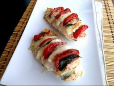 Könnyű sült csirke olasz módra Caprese chicken breast (just like in Italy) with tomatos and cheese Caprese Chicken, Sushi, Healthy Recipes, Cheese, Meat, Ethnic Recipes, Food, Italy, Health Recipes