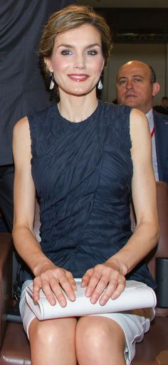 La Reina Letizia ha viajado a París para asistir a la Conferencia sobre Salud y Cambio Climático, con un look sobrio y elegante de Nina Ricci.