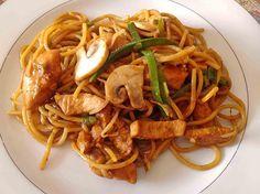 Zutaten 250 g chinesische Eiernudeln 200 g Sojasprossen oder Mungokeime 1 kleine Lauchzwiebel(n)   Öl   Sojasauce   Sambal Oelek   Paprikapulver   Curry   Chilipulver 200 g Geflügelfleisch