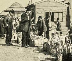 ARNAVUTKÖY'DE ÇİLEK SATICILARI - 1900'lü yılların başında çekilen bu fotoğrafta Arnavutköy Vapur İskelesi'nin önüne dizilmiş, müşterisini bekleyen çilek sepetleri görülüyor.