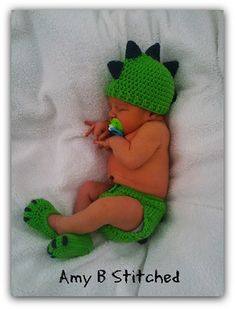 Ravelry: Dinosaur Baby Hat and Diaper Cover Set pattern by Amy B Stitched (Diy Baby Hat)Crochet Child Hats Dinosaur Child Hat and Diaper Cowl Set - Free by Amy of Amy B Stitched Dinosaurs - Animal Crochet Sample Spherical Up - Rebeckah's Treasures Cr Baby Set, Baby Kostüm, Baby Kind, Crochet Bebe, Crochet For Boys, Crochet Baby Hats, Baby Knitting, Crochet Dinosaur Hat, Booties Crochet