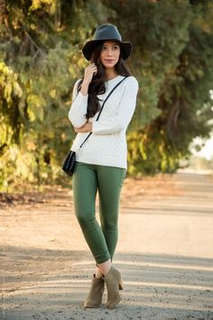 26 Ideas for how to wear green pants olive skinnies Olive Green Pants Outfit, Olive Green Jeans, Olive Dress, Green Leggings, Chic Outfits, Fall Outfits, Fashion Outfits, Woman Outfits, Cheap Fashion