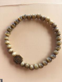 Bracelet homme perles rondes aux reflets beiges et marron marrons avec central bronze : Bijoux pour hommes par scandal-creations