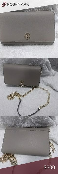 Tory Burch Crossbody Tory Burch French Grey Robinson Chain Wallet Crossbody. Excellent condition, like new! Wallet Crossbody that includes pockets for credit cards. Tory Burch Bags Crossbody Bags