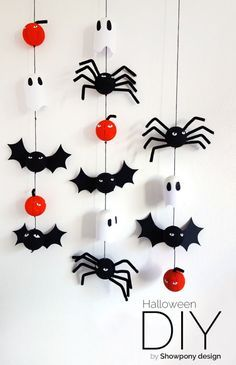 DIY Halloween decoration We are so glad to add a whole bunch of talented ladies to our Bloesem family. They bring us amazing craft projects week after week. This week we have Emma from Showpony with a Halloween decoration tutorial. Diy Deco Halloween, Diy Halloween Dekoration, Halloween Decorations For Kids, Hallowen Ideas, Halloween Crafts For Kids, Halloween Home Decor, Halloween Bats, Halloween House, Holidays Halloween