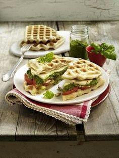 Ciabatta-Waffel-Sandwiches mit Pesto, Tomaten und Mozzarella
