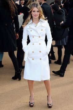 Ein perfekt geschnittener Trench Coat gehört zur Garderobe jeder Französin. Was uns besonders gefällt: Schauspielerin Mélanie Laurent wählt eine klassische Variante in Weiß.