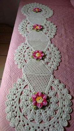 trilho de mesa todo quiltado, flores em tons de azul. Forro do mesmo tecido 100% algodão. - D8BB3
