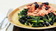 Una deliciosa receta de salmón al horno para obtener los mejores beneficios del pescado, pero recuerde que la clave está en la calidad de los ingredientes. http://recetas.mercola.com/receta-de-salmon-con-ajonjoli-col-rizada-coco.aspx