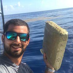 Impresionante! Fotografo marino encontró un paquete de marihuana en Pompano Beach... agradeció a a Pablo Escobar por su regalo de cumpleaños ... por supuesto luego de la foto llamaron a la Guardia Costera #weed #miami #news #alert #trend #trendy #Repost @_jorgebustamante_ with @get_repost Got an early birthday gift from Pablo Escobar.... found it off pompano floating in the weed line few mahi and a few kingfish this morning but a trip we wont forget for a long time #squaregrouper #uscg?