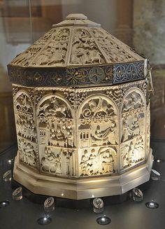 Palais archiépiscopal - Trésor de la cathédrale de Sens- Sainte Châsse (24 plaques d'ivoire -très rare et précieux au Moyen-Age- sculptées ).Sens (Yonne) - Bourgogne