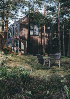 Herbert Hussmann Architekten Dierhagen NewHaus Ostsee Feienhäuser Architektur Facade Architecture, Residential Architecture, Summer Cabins, Balkon Design, Small Outdoor Spaces, Patio Interior, Facade Design, Cabins In The Woods, Modern Family