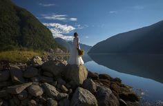 Молодожёны путешествовали, наслаждались природой и красками осени пока искали идеальное место для фотоснимка.