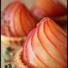 ハロウィンですね~ ハロウィンとは全く関係のないリンゴのタルト。 せめてカボチャのピックぐらい立てたらよかったですね。 タルト型はビタントニオで焼いたものです。 ビタントニオに挟みこむタルト生地...
