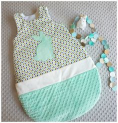 Gigoteuse bébé 6-18 mois goutte vert d'eau et prune motif lapin Baby Couture, Couture Sewing, Baby Bats, Diy Bebe, Sleeping Bag, Baby Sewing, My Baby Girl, Baby Room, Kids Room