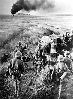 1941, Les troupes allemandes franchissent la frontière soviétique au début de l'opération Barbarossa