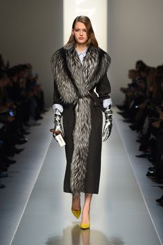 Best Of Winter Fashion Trends 2019 For Women That You Need To Check Out - If you wonder about what to wear in this winter and look trending as well as stylish then here are - Fur Fashion, Winter Fashion, Womens Fashion, Fashion Trends, Cheap Fashion, Stylish Winter Outfits, Fall Winter Outfits, Coats For Women, Clothes For Women