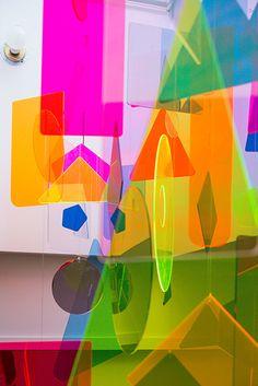 Artiste et architecte, Inès Esnal a installé un mobile coloré sous le skydome d'un appartement du quartier de Tribeca à New York. ...