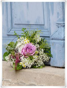 nosegay inspiration - how lovely to feature a single rose surrounded by baby's breath or queen anne's lace & green leaves - Weiße Landliebe