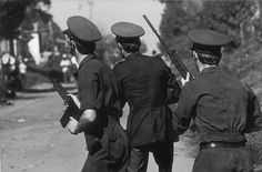 -Syd-Afrikanska Poliser m. Automat-Vapen, går loss i Soweto 1976 ! Youth Day, Apartheid, June 16, Mountain Man, Us History, Cops, Police, African, The Unit