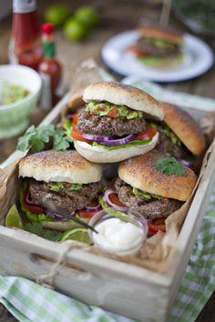 Leckeres Burger-Rezept für die Grillparty im Sommer: Gegrillte Beef Burger mit Guacamole © Bord Bia #grill #grilling #guacamole #beefburger #beef #burgerrezept #rezepte #grillrezept #grillen