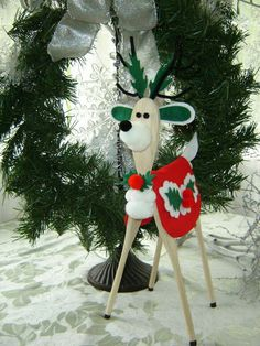 march de noel Moose Christmas Yard Decorations More Image Visite Christmas Wood, Christmas Projects, Vintage Christmas, Christmas Holidays, Christmas Ornaments, Wood Reindeer, Reindeer Craft, Wooden Spoon Crafts, Wooden Spoons