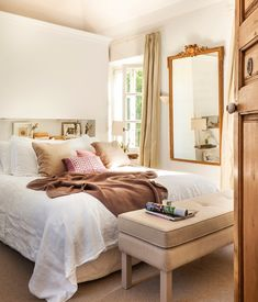 El dormitorio. Banqueta de Cachemir. Ropa de cama de lino,  manta de punto y…