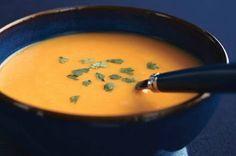 Crème de courge à la thaïe ------------------Une cuillerée de pâte de cari rouge apporte une touche thaïe authentique à votre crème de courge. Prête en moins d'une heure, cette soupe est idéale pour les fins de semaine d'automne ou les soirées d'hiver.