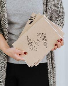 Merkkaa ylös tärkeimmät muistiinpanosi tai käytä vaikka luonnosvihkona!  A5-kokoinen, nidottu vihko.  36 valkoista tyhjää tai viivallista sivua.  100 % ekologinen  Suunniteltu ja valmistettu Savonlinnassa! Notebooks, How To Plan, Cards, Notebook, Maps, Playing Cards, Laptops