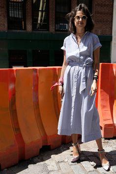 A combinação do azul e branco se afirma como tendência absoluta do verão, em bases lisas, estampadas ou nos fios tintos. Confira nossa seleção de artigos para entrar nessa tendência: bit.ly/2bMOR3j. #FocusTextil