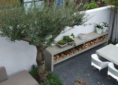 Een relatief kleine achtertuin met moderne elementen.