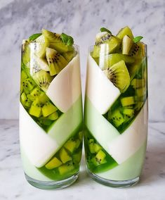 Kiwi jelly layers with white chocolate and yogourt by Its so originale and beautiful ! Kiwi jelly layers with white chocolate and Cute Desserts, Dessert Recipes, Kreative Desserts, Think Food, Tasty, Yummy Food, Aesthetic Food, Cute Food, Food Art