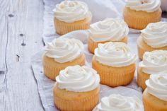 Cupcakes with vanilla frosting can be seen on bake-sale tables, in classrooms and in upscale bakeries. While no one expects a cupcake to be healthy, some may be worse than others in terms of total fat, saturated fat and calories. How To Make Cupcakes, Yummy Cupcakes, Frosting Recipes, Cupcake Recipes, Cupcake Toppings, Vanille Cupcakes, Cupcake Day, Unique Desserts, Gastronomia