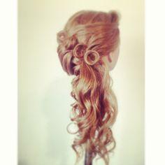 Un peinado muy elegante. Quiero arreglar me pelo así para la fiesta de escuela.