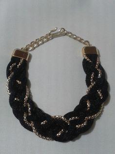 Collar trenzado negro y cadena tubular. Hecho a mano por Lucía Martinez.