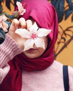 Style hidjab with flower – Hijab Fashion 2020 Arab Girls Hijab, Muslim Girls, Muslim Couples, Beautiful Muslim Women, Beautiful Hijab, Fashion Illustration Face, Hijab Stile, Hijab Fashionista, Islamic Girl