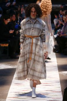The complete Acne Studios Fall 2018 Ready-to-Wear fashion show now on Vogue Runway. Style Couture, Couture Fashion, Acne Studios, Autumn Fashion 2018 Women, Fashion Week, Fashion Looks, Paris Fashion, High Fashion, Women's Fashion