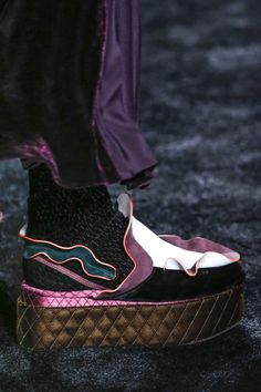 See all the Details photos from Fendi Autumn/Winter 2016 Ready-To-Wear now on British Vogue Crazy Shoes, New Shoes, Me Too Shoes, Shoes 2016, Flat Shoes, Look Fashion, Fashion Details, Fashion Shoes, Milan Fashion