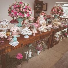 Mesa do bolo, adorei as cores e a mesa dupla. Trocaria o rosa por um pêssego