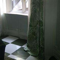 Dag for installering... Prosjektet begynner å nærme seg ferdigstillelse! På gulvet er det brukt Trestjerner maling for gulv, med Militærgrønn og Ren Hvit i rutene. Gardinen er laget i tekstil fra Sanderson.