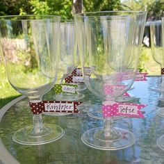 Namnskyltar av washitejp på glasen gör att man lätt håller ordning på sitt glas på festen! https://www.instagram.com/jossanspysselochbak/