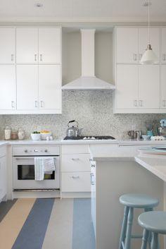 (Sarah 101) Cuisine blanche avec plancher de couleur et touches de bleus, jaune, etc.