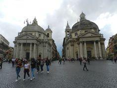 Chiesa di Santa Maria in Montesanto (sinistro, anno di costruzione 1662-75) and Santa Maria dei Miracoli (destro, anno di costruzione 1675-79) e Via del Corso, Roma