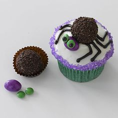 Halloween recipes: Ms Spider Cupcakes with Ferrero Rondnoir candy for body and an almond M&M for head Bug Cupcakes, Spider Cupcakes, Love Cupcakes, Cupcake Cookies, Decorated Cupcakes, Party Cupcakes, Yummy Cupcakes, Halloween Goodies, Halloween Desserts
