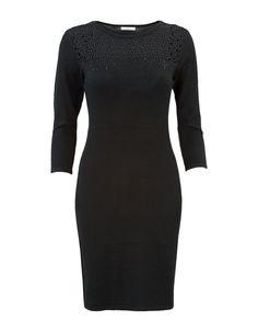 Zwarte jurk met halflange mouwen en een ronde hals. Het voorpand, langs de hals, is voorzien van een sierdetail. Het is een aansluitend model, gemaakt van viscose kwaliteit. Knielengte.