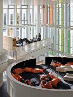 Die dänische Gymnasialreform verlangt von neuen Schulbauten Offenheit und Flexibilität. Im neuen Kopenhagener Quartier Ørestad wurden diese Anforderungen in ein vielschichtiges System mit fließenden Räumen, scheinbar schwebenden Lerninseln und geschwungenen Treppen...